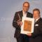 Präsident Robert Bergmüller gratuliert mit Urkunde und Award Herrn Carsten Vierck von Vierck Schwedenhäuser.